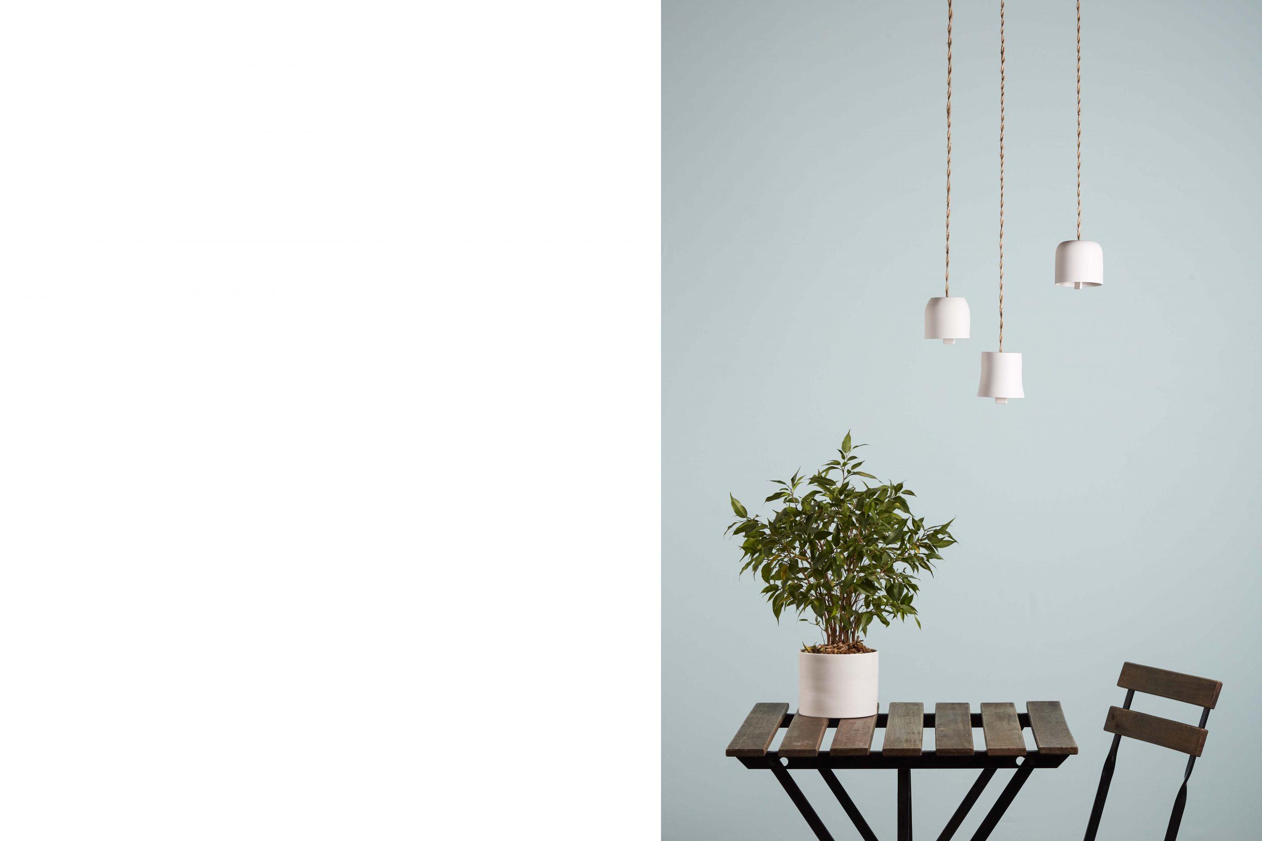 tre campanelle sospese su un tavolo da esterno con una pianta - artigianale - Federica Ramacciotti