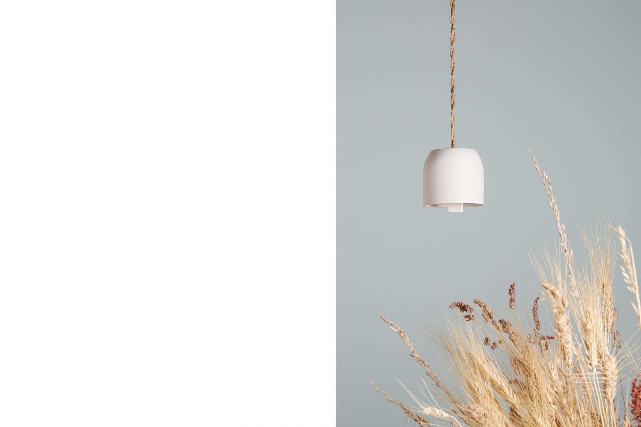 una campanella in porcellana bianca sospesa con dei fiori secchi - artigianale - Federica Ramacciotti