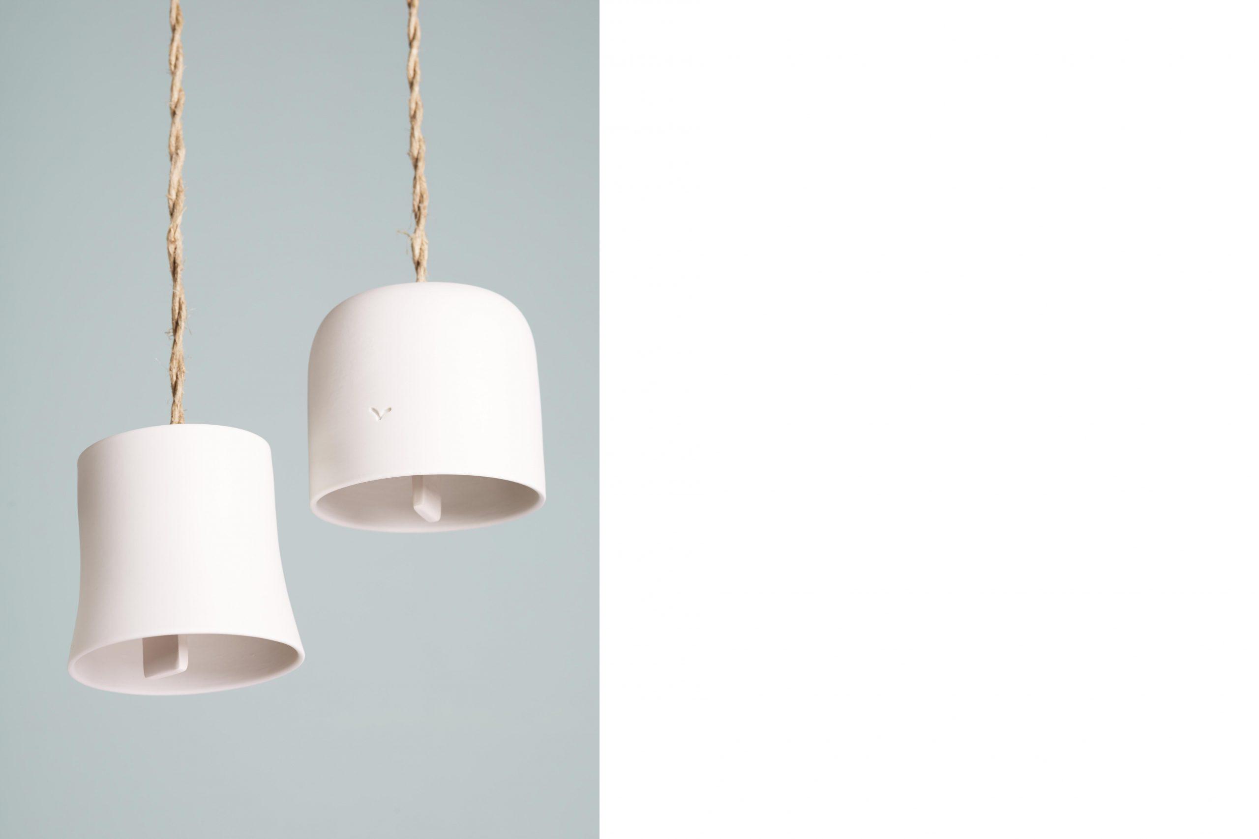 dettaglio di due campanelle in porcellana bianca sospese con della corda intrecciata - artigianale - Federica Ramacciotti