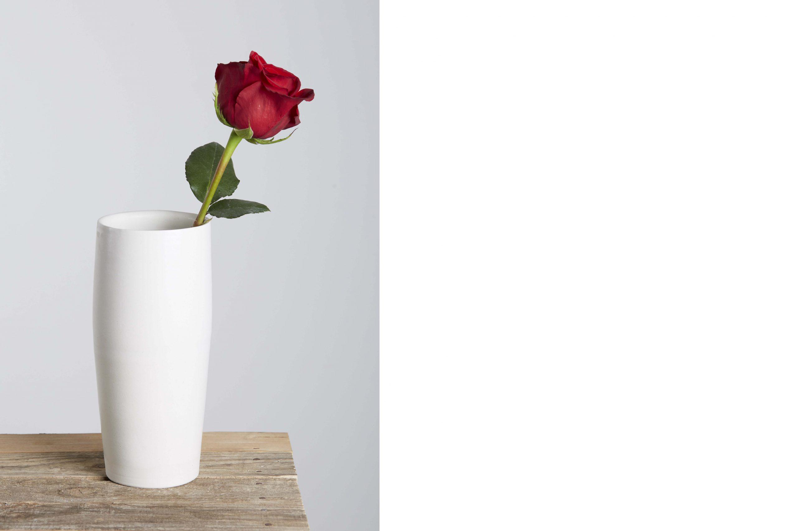 un vaso in ceramica con una rosa - artigianale - Federica Ramacciotti