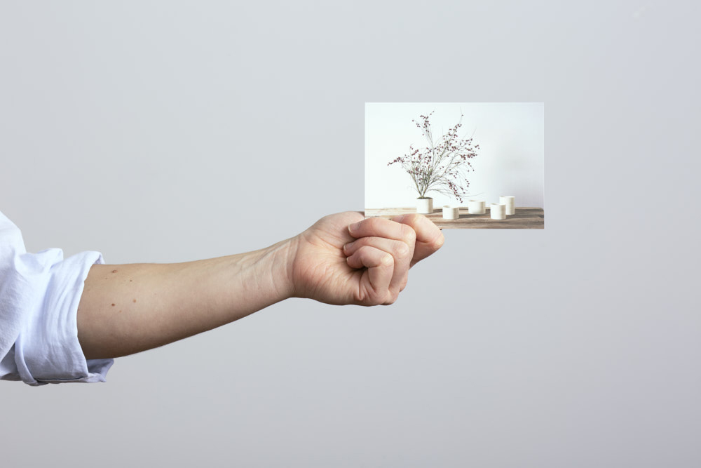 a gift card held in the hand of the craftsman - Federica Ramacciotti