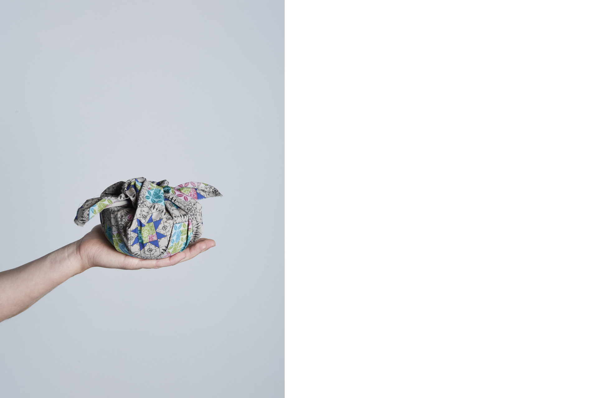 mano artigiana ceramista che tiene in mano una ciotola avvolta in un tessuto - Federica Ramacciotti