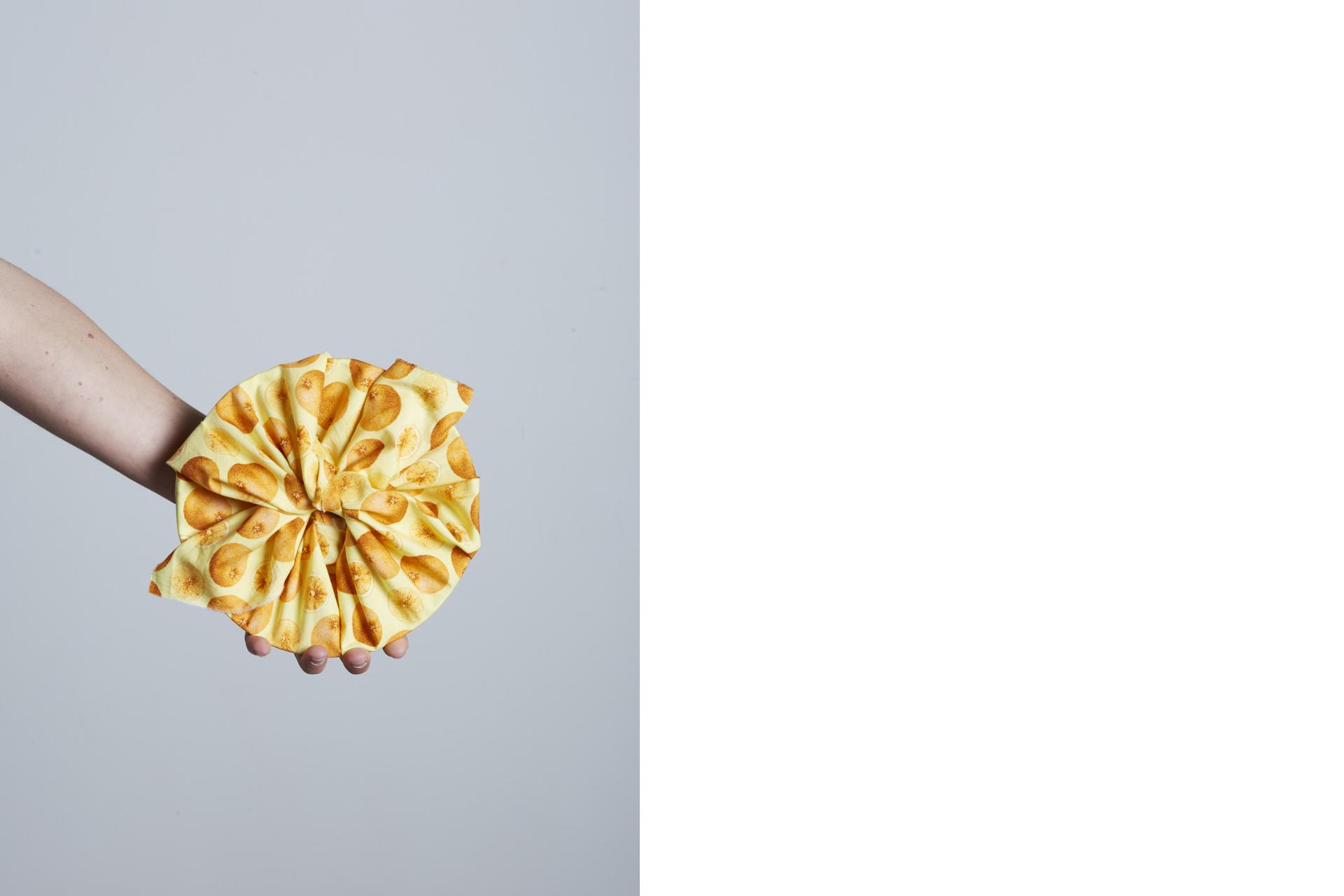 ceramica avvolta in un tessuto colorato e tenuta in mano dall'artigiana - Federica Ramacciotti