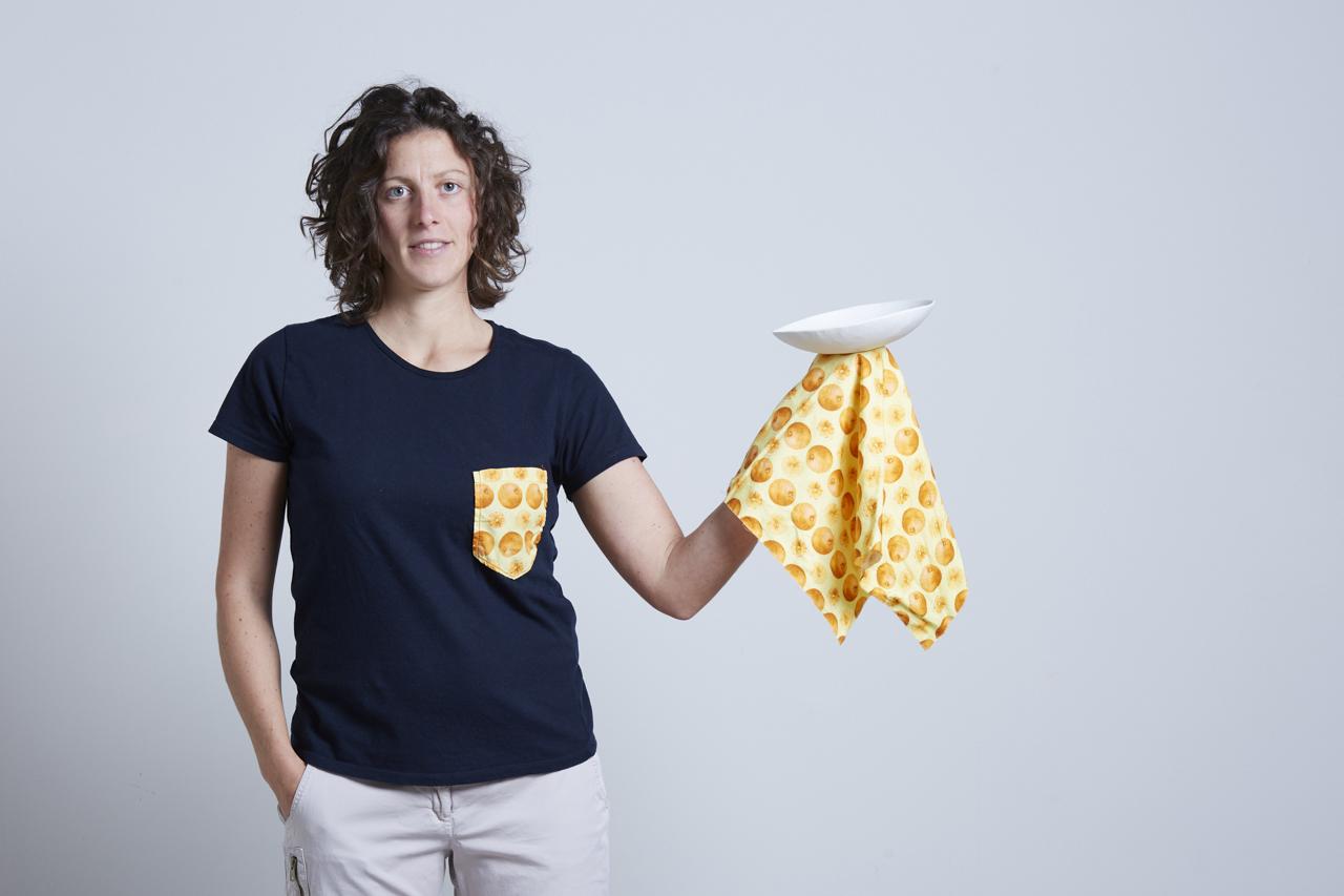 artigiana ceramista che tiene in mano una ceramica e il tessuto utilizzato per il packaging - Federica Ramacciotti