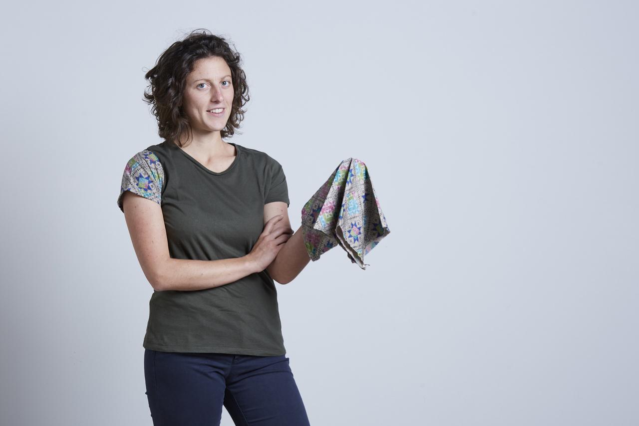 artigiana ceramista che tiene in mano un tessuto utilizzato per il packaging - Federica ramacciotti
